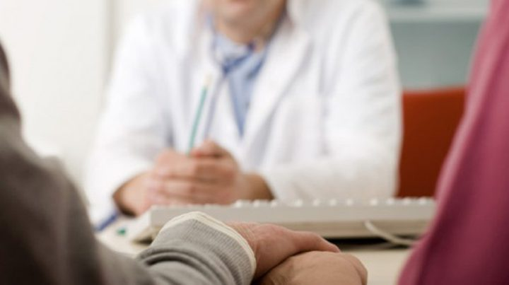 طبيب نفسي يدفن مرضاه أحياء لعلاجهم!