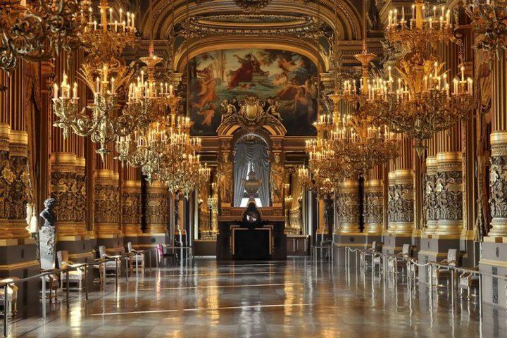 إليزابيث الثانية تمتلك باباً سريا في قصرها الملكي