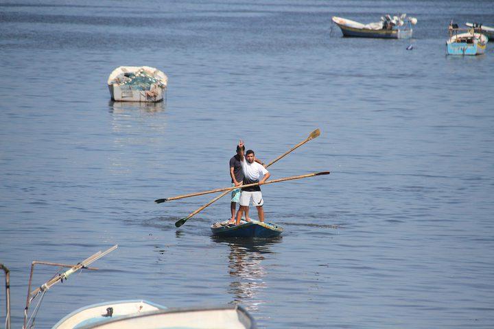 صيادون فلسطينيون يُبحرون بقواربهم في ميناء غزة