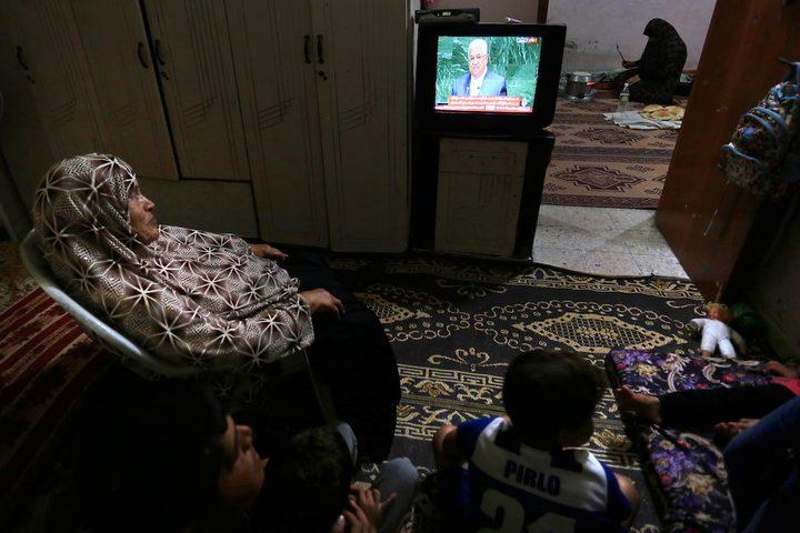 الفلسطينيون يراقبون خطاب الرئيس محمود عباس أمام الجمعية العامة للأمم المتحدة في غزة في 27 سبتمبر 2018.