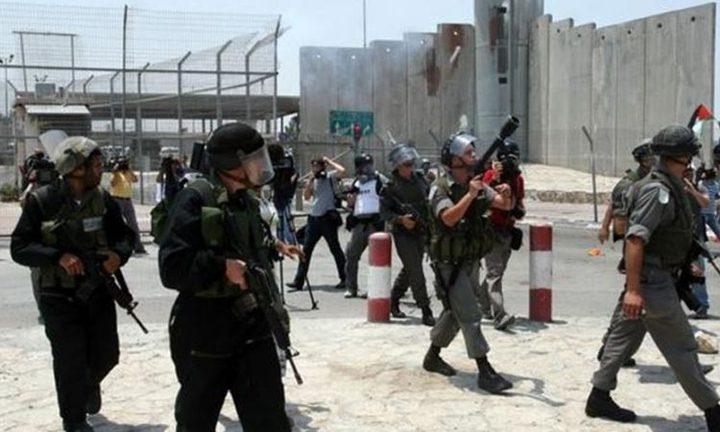 إصابة شاب بالرصاص الحي خلال تظاهرة قرب حاجز قلنديا