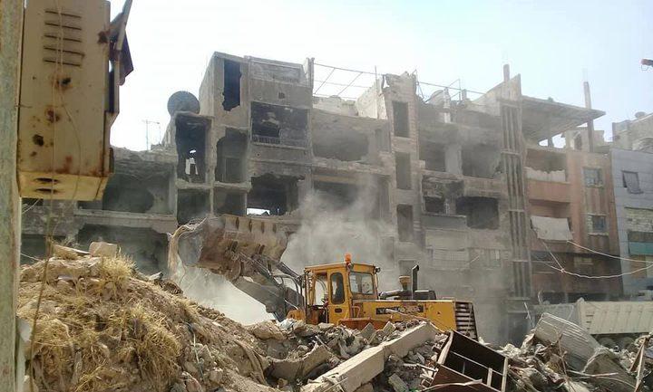 تواصل عملية إزالة الأنقاض والركام من مخيم اليرموك
