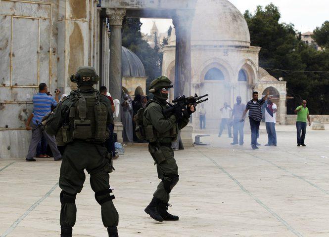"""الاحتلال يعتقل مصليين اثنين من منطقة """"باب الرحمة"""""""