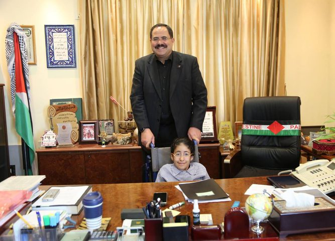 """طالبة تحدّت الإعاقة """"على مقعد الوزير"""" (صور)"""