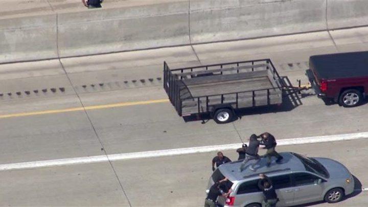 شرطي دهس مجرماً بالسيارة... إليكم السبب (فيديو)