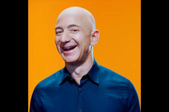 """أغنى رجل في العالم.. يكسب في الثانية """"راتب شهور"""""""