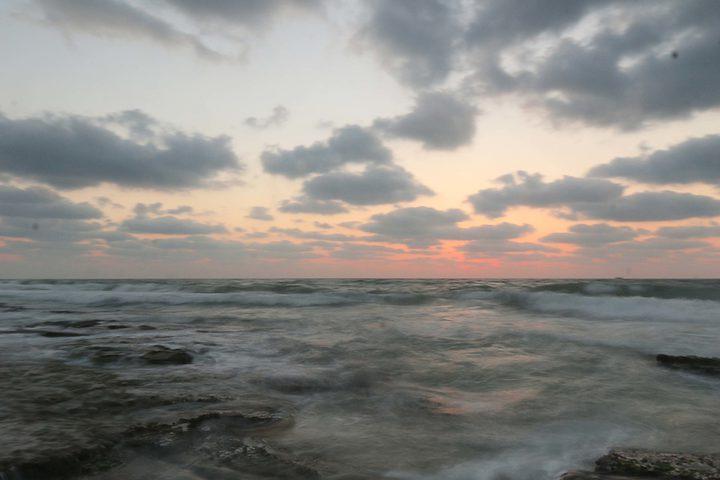 غروب الشمس على شاطئ دير البلح وسط قطاع غزة