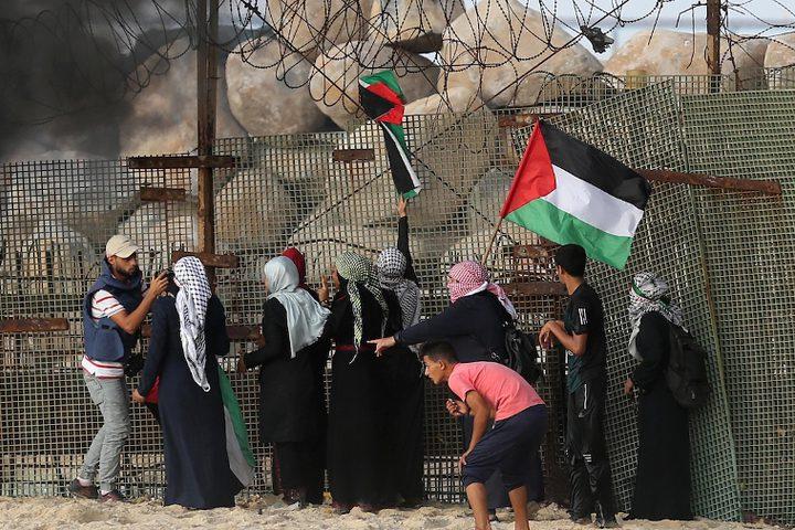 متظاهرون فلسطينيون يجتمعون خلال اشتباكات مع القوات الإسرائيلية في مظاهرة ضد الحصار الإسرائيلي على قطاع غزة ، على طول الحاجز البحري لغزة على الحدود البحرية مع إسرائيل بالقرب من كيبوتس زيكيم ، شمال بيت لاهيا في شمال قطاع غزة.