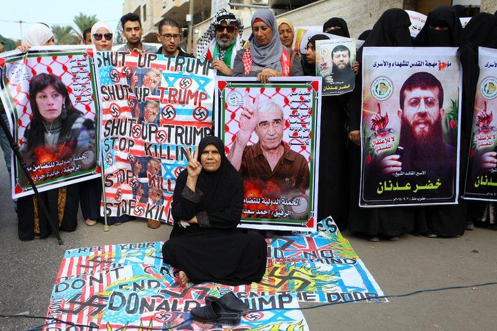 غزيون يشاركون في وقفة تضامنية مع الأسرى الفلسطينيين أمام مكتب الصليب الأحمر في مدينة غزة.