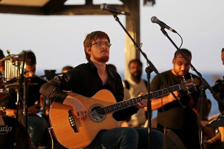 موسيقيون فلسطينيون واجانب يعزفون على الآلات الموسيقية خلال عرض الجاز،في مدينة غزة.