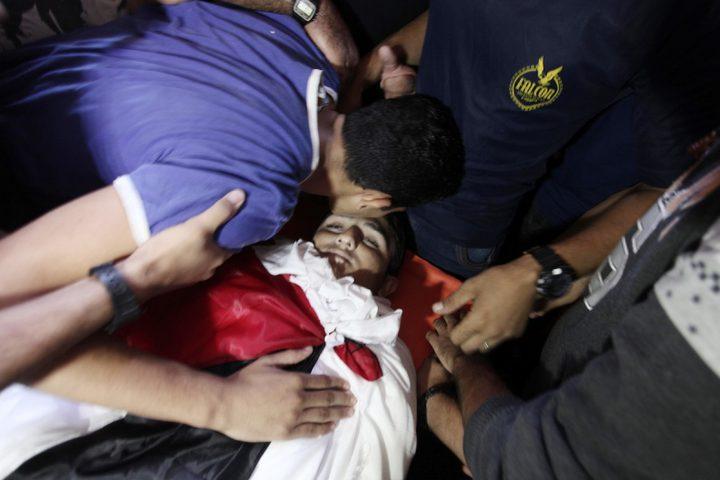 أقارب الفلسطيني عفيفي عفيفي ، 18 عاماً ،الذي قُتل برصاص الجنود الإسرائيليين خلال مسيرات العودة للمطالبة الفلسطينيين بحقوقهم في العودة إلى وطنهم على الحدود بين إسرائيل وغزة ، حدادا على جنازته في خان يونس بجنوب قطاع غزة ، في أكتوبر / تشرين الأول. 13 ، 2018.