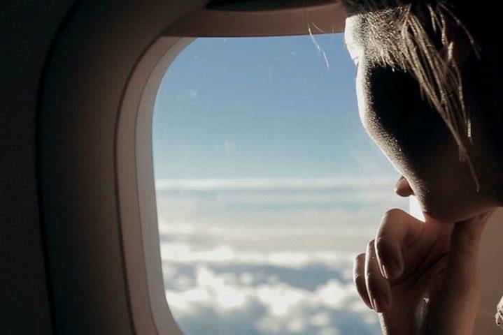 لماذا يوجد ثقب في نافذة الطائرة؟