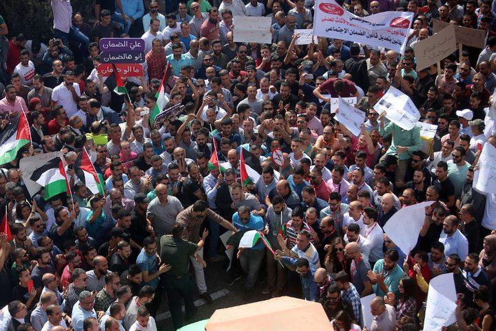 فلسطينيون يشاركون في مظاهرة ضد الأمن الاجتماعي في مدينة رام الله بالضفة الغربية ، في 15 أكتوبر 2018. أعلن وزير العمل مأمون أبو شهلا عن بدء تطبيق قانون الضمان الاجتماعي الإلزامي في 1 نوفمبر 2018.