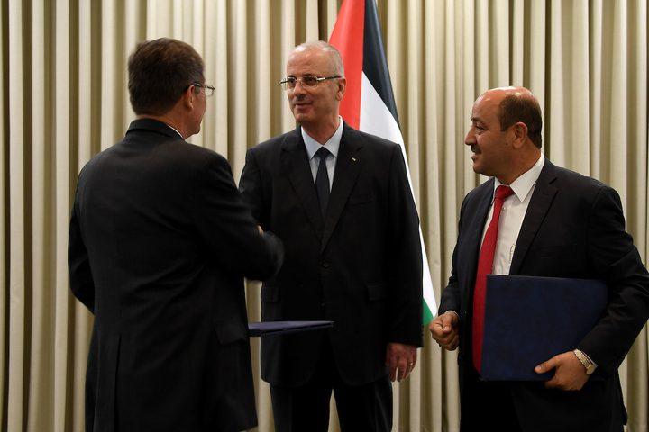 رئيس الوزراء الفلسطيني رامي الحمد الله يلتقي بنائب المجموعة الأمريكية اللاتينية للإدارة العامة كارلوس أورتيز في مدينة رام الله بالضفة الغربية في 17 أكتوبر 2018.