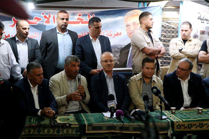 رئيس الوزراء رامي الحمد اللهيزور خيمة الصمود في قرية الخان الأحمر.
