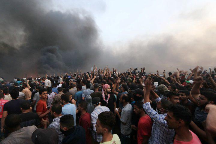 """من مواجهات مسيرات العودة في جمعة """"غزة تنتفض والضفة تلتحم"""" على الحدود الشرقية لقطاع غزة أمس."""