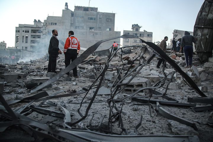 الفلسطينيون يتفقدون منازلهم المتضررة  بعد غارة جوية إسرائيلية على مدينة غزة الليلة الماضية .
