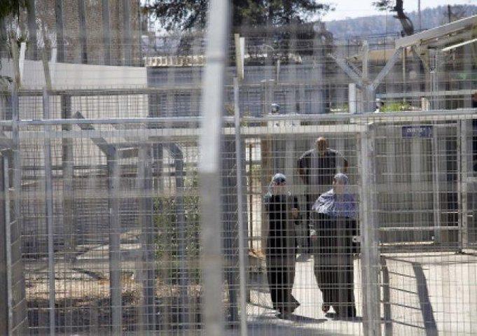 ثمانية أسرى يدخلون أعواماً جديدة في سجون الاحتلال