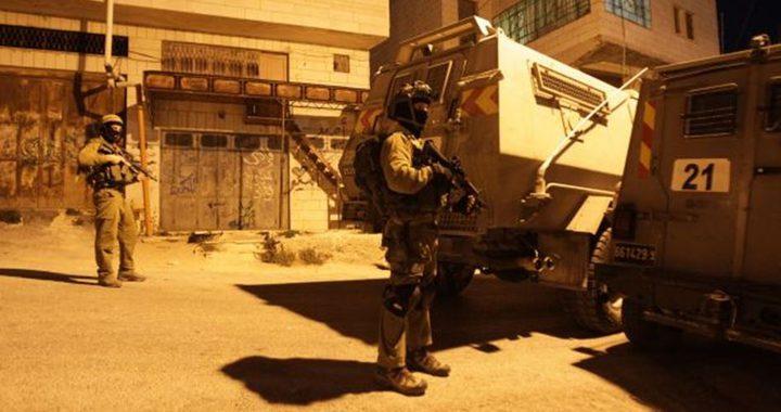 قوات الاحتلال تعتقل مواطنًا وتغلق عزون