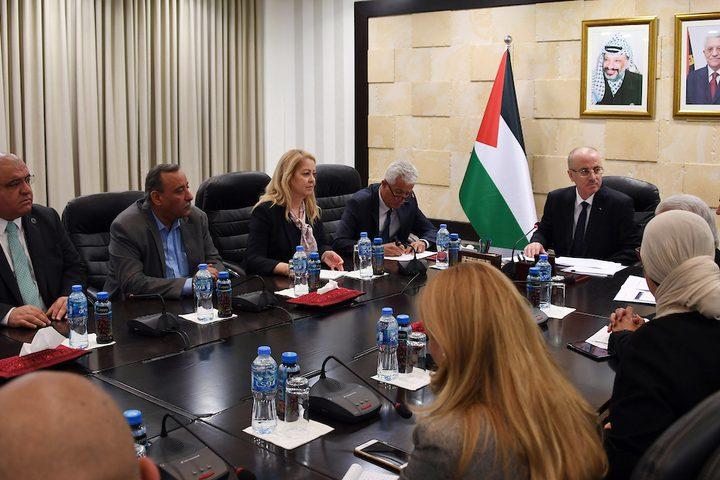 رئيس الوزراء الفلسطيني ، رامي حمدالله ، يعقد اجتماعاً مع مجلس إدارة مؤسسة الضمان الاجتماعي ، في مدينة رام الله بالضفة الغربية