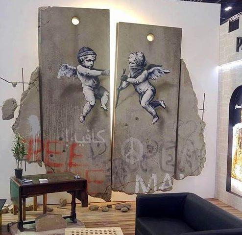 الفنان بانكسي يبهر العالم بلوحة فنية عن جدار الفصل