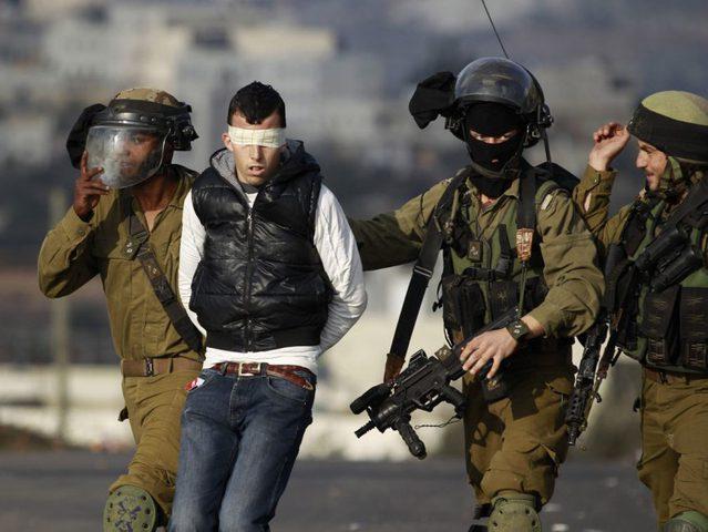 الاحتلال يعتقل مواطنا ويستولي على مركبتين بالخليل