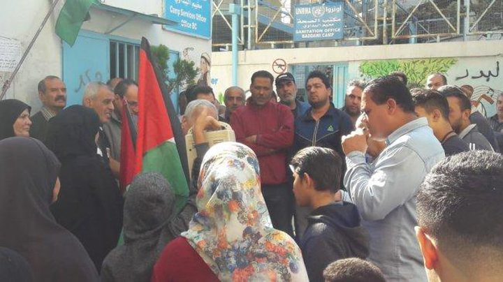 فلسطينيو سوريا يعتصمون أمام مقر الأونروا بالبداوي