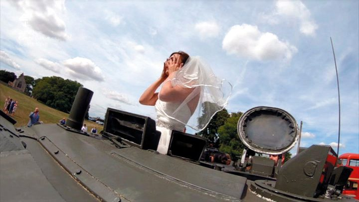 بريطانيا .. عروس تُزف على متن دبابة!