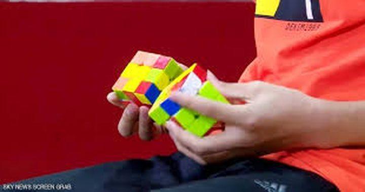 فتى صيني يستطيع حل 3 مكعبات بيديه وإحدى قدميه