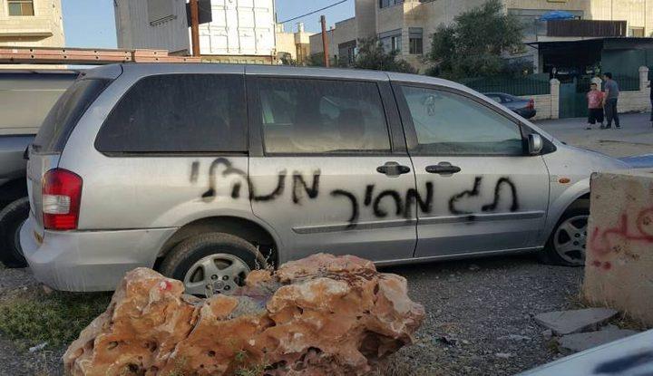 مستوطنون يخطون شعارات عنصرية في كفر الديك