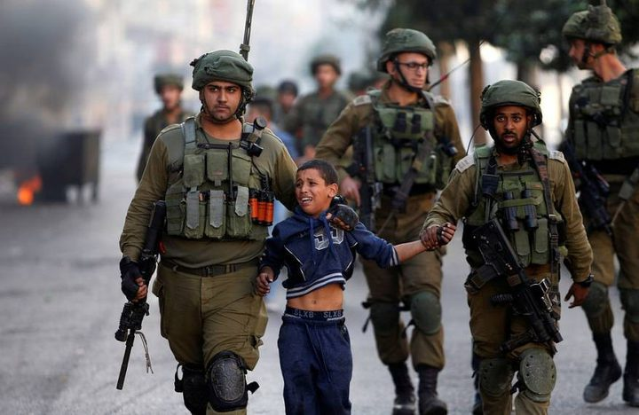 الاحتلال يعتقل طفلا (8 سنوات) من بلدة بيت أمر