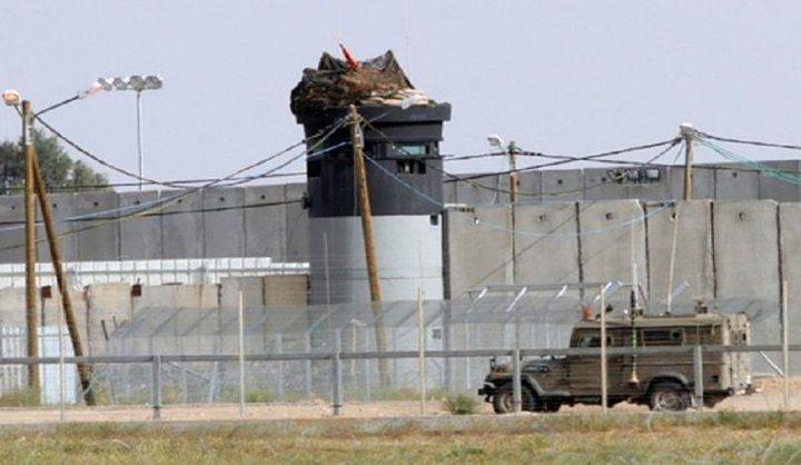 """ضابط إسرائيلي يحاول تهدئة مستوطني """"الغلاف"""""""