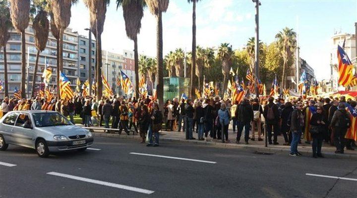 الشرطة الأسبانية تشتبك مع متظاهرين في برشلونة