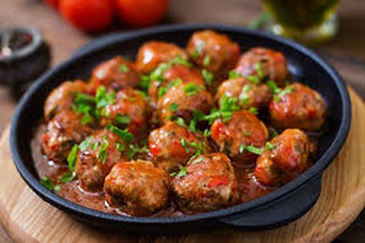 كرات اللحم الحارّة مع صلصة الشواء