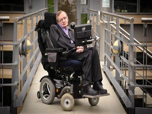 بيع كرسي ستيفن هوكينغ وأطروحته بأسعار فاقت المتوقع