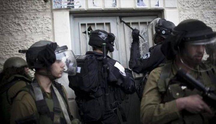 الاحتلال يسلم مواطنا بلاغا لمراجعة مخابراته