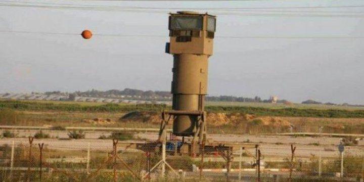شبان يجتازون السياج ويغتنمون معدات عسكرية للاحتلال