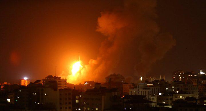 قصف مبنى سكني وسط مدينة غزة