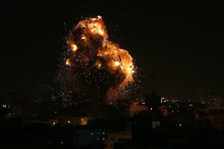 قصف إسرائيلي لمقر فضائية الأقصى في حي النصر غرب مدينة غزة مساء الاثنين.