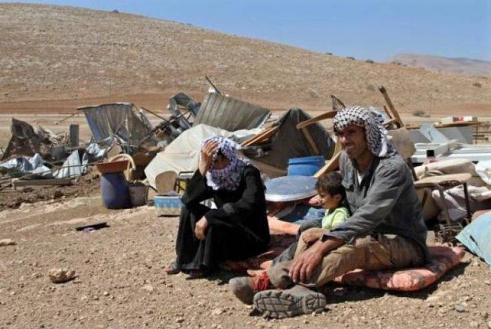 الاحتلال يخطر بهدم مساكن وحظيرة بمسافر يطا