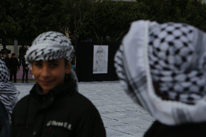 أكبر كوفية فلسطينية في العالم بمساحة 1400متر في ساحة مدرسة الشهيد ياسر عرفات بمدينة دورا جنوب الخليل ضمن فعاليات أسبوع الاستقلال والوفاء