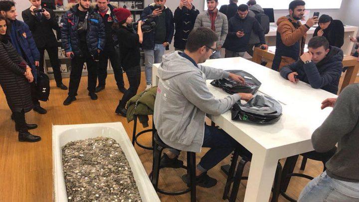 روسي يشتري هاتف آيفون بكمية هائلة من الفكة!