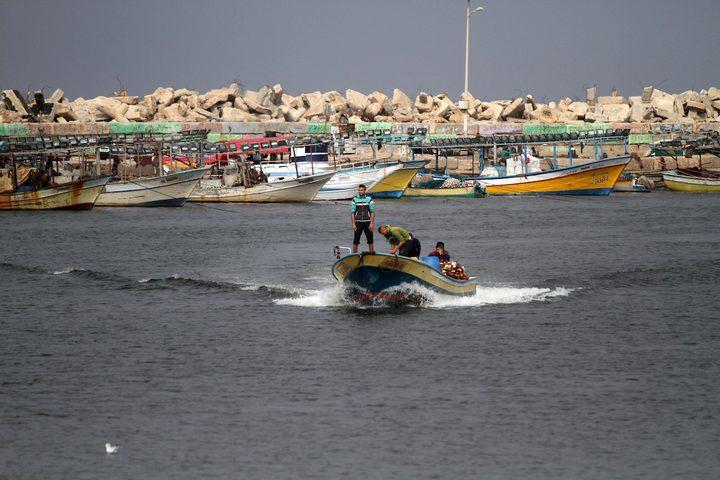صيادون فلسطينيون يعملون على قوارب الصيد الخاصة بهم في البحر في الميناء البحري في مدينة غزة في 15 نوفمبر 2018.