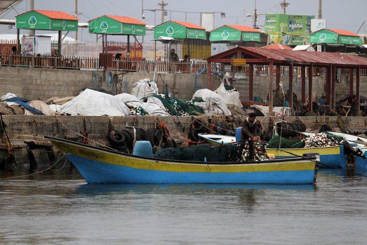 صيادون فلسطينيون يعملون على قوارب الصيد الخاصة بهم في البحر في الميناء البحري في مدينة غزة في15 نوفمبر 2018.