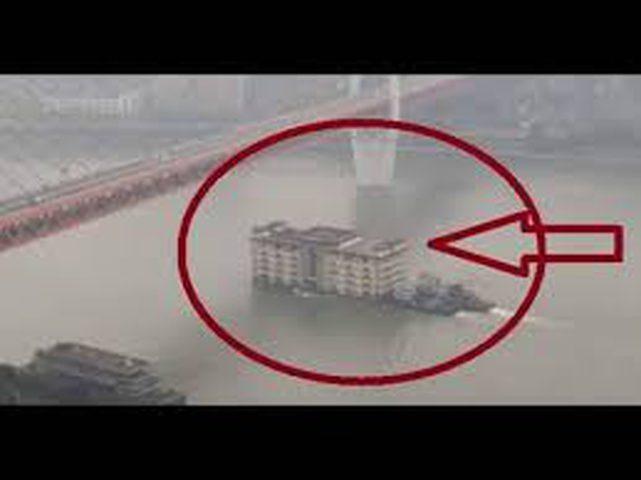 مبنى ضخم يعبر نهرا ويثير دهشة السكّان