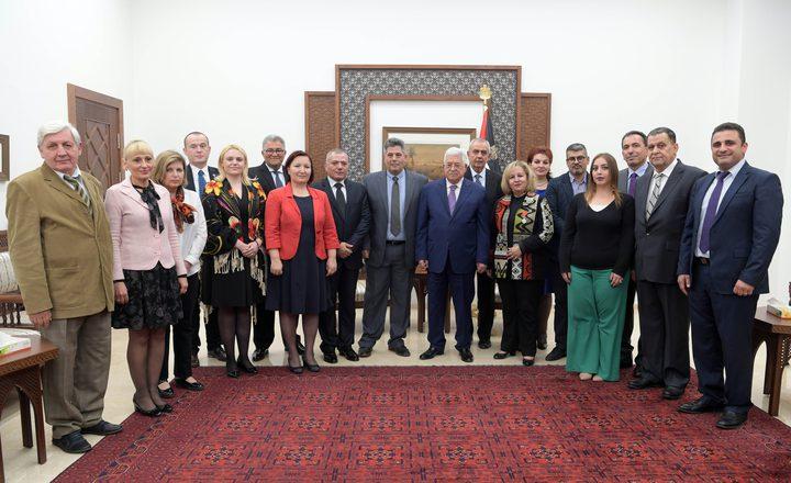 الرئيس عباس يستقبل وفدا أكاديميا رومانيا
