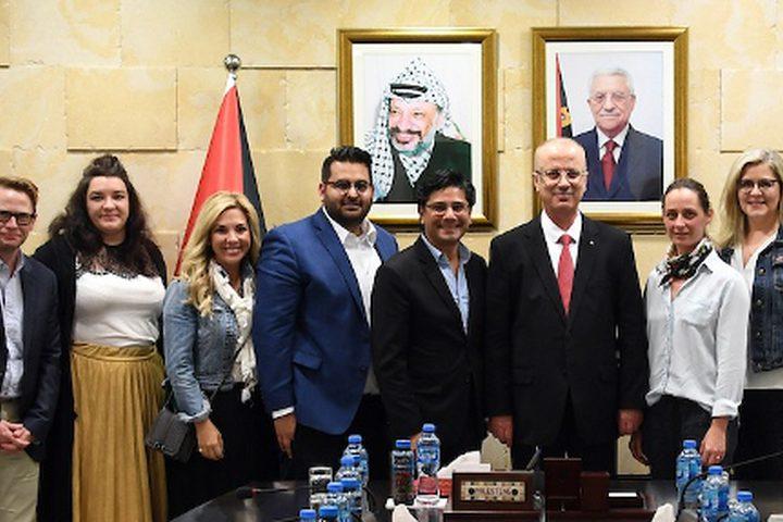 رئيس الوزراء الفلسطيني رامي الحمد الله يجتمع مع وفد من الحزب الليبرالي الكندي ، في مدينة رام الله بالضفة الغربية