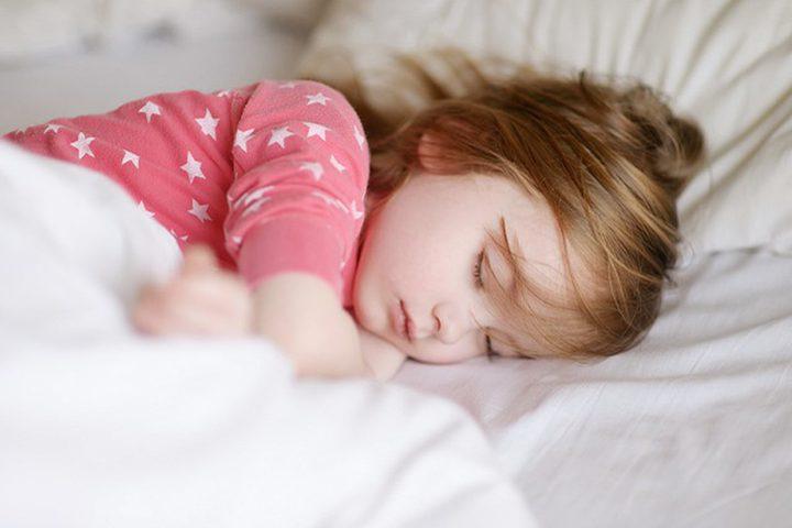 ما هي الطريقة الأمثل لنوم أطفالكم ؟