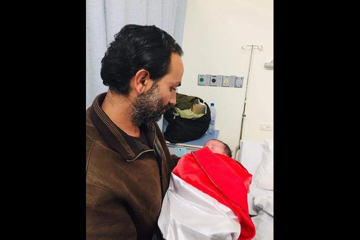 مواطن فلسطيني يتضامن مع اليمن بطريقته