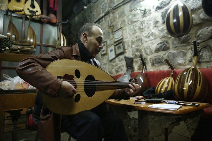 الممرض الفلسطيني علي الحسين (57 عاما) يعمل في ورشتهعلى صناعة العود والآلاتالموسيقية في نابلس.